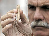 Eudald Carbonell con uno de los hallazgos. (Foto: Santi Otero). Una exposición con la que los responsables de los trabajos de investigación de Atapuerca, ... - 1231876298_extras_ladillos_1_2