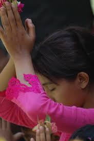 Tuhan adalah Bhur Shvah. kita memusatkan pikiran pada kecemerlangan dan kemuliaan hyang widhi. semoga ia berikan semangat pikiran kita. - ika3