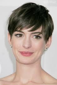 Hier zien we Anne Hathaway op de 70th Annual Golden Globes in Beverly Hills (13 januari 2013) en ze toont ons wat veelzijdigheid in haar korte pixie kapsel. - anne-hathaway-kapsels-groot