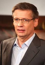 Günther Jauch trauert um seinen Kollegen. Bildquelle: WENN - guenther-jauch-mit-brille-r3