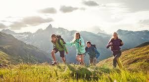 Resultado de imagen de niños subidos en una montaña