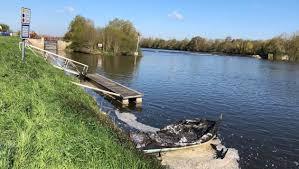 PHOTOS. Deux bateaux de plaisance incendiés sur la Mayenne près d'Angers   Courrier de l'Ouest