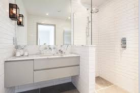 kamar mandi nuansa putih: Keramik kamar mandi minimalis warna putih