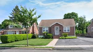 what is considered middle class in america definition income small house in an american neighborhood