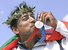 Rathore displaying his silver - rajyavardhan_singh_rathore_20080804