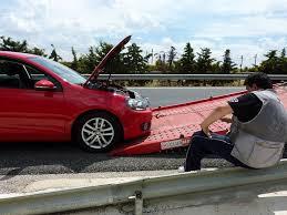 Resultado de imagen para fotos de un mecanico arreglando un vehículo danado en la carretera en cuba