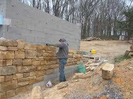 Zoccolo Esterno In Pietra : Come si realizzano i rivestimenti in pietra la posa delle pietre