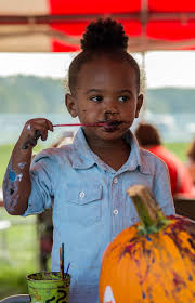 photos of the week digital lyric powell 2 paints her lips black paint after finishing painting her pumpkin