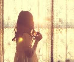 Resultado de imagen de chicas en ventana