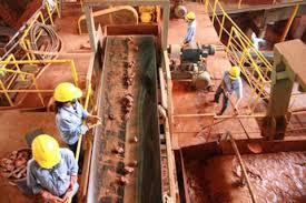 Image result for hình công nhân Tàu khai thác Bauxite ở Tây Nguyên