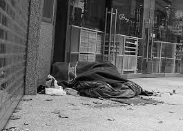 Morador de rua dormindo no chão.