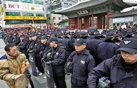 كوريا الجنوبية - اشتباكات بين محتجين والشرطة بشأن كارثة عبارة