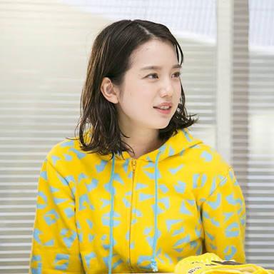 黄色い服の弘中綾香