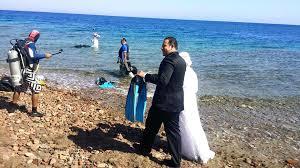 نتيجة بحث الصور عن صور : حفل زفاف من أعماق البحر لعروسان مصريان
