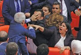 تركيا - انهاء مناقشة قانون حصانة النواب في البرلمان بمشاجرة !!