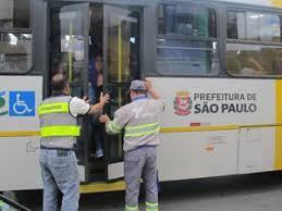 Resultado de imagem para ônibus lotado sp