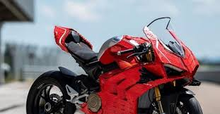 Lego Ducati Panigale V4 <b>R life</b>-size model was built in 400 hours