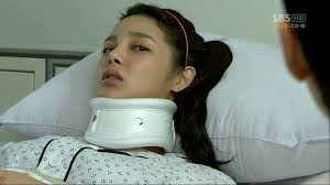 At that, Ji-won tears out of his car to chase Jin-soo, who runs away. - ch6-00146