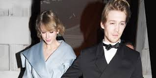 Парный выход: Тейлор Свифт и Джо <b>Элвин</b> на церемонии ...