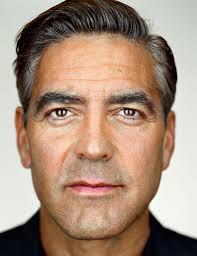 George Clooney centraal. De 51-jarige Hollywood-hunk beweert een hekel te hebben aan plastische chirurgie, maar ondanks dat helpt de acteur de natuur maar ... - George-Clooney1