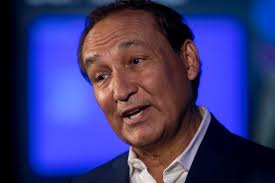 United CEO Oscar Munoz hands reins to airline