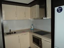 На кухне присутствует чайник, кстрюля, сковородка, <b>комплекты</b> ...