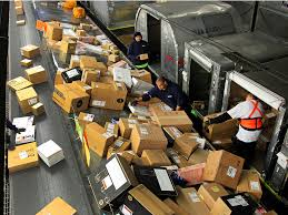 Uhaul Truck S Ups Drivers Are Making Deliveries In U Haul Trucks Business Insider
