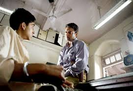 slumdog millionaire jabrody s movielog a handcuffed dev patel as the slumdog millionaire and irrfan khan as the police inspector
