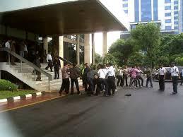 YOUTUBE ADU JOTOS DI KANTOR HATTA RAJASA Massa Demo Tragedi Maut BMW X5 Rasyid Amrullah Rajasa 2013