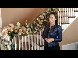 How To Create a Breathtaking Christmas Garland for Your Stairway ...