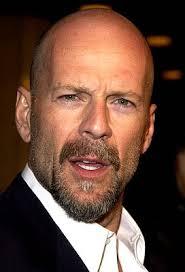 Bruce Willis nasce a Idar-Oberstein. Esordisce nella serie tv Moonlighting (1985-1989). Diventa famoso per la serie di film d'azione Die Hard. - bruce-willis