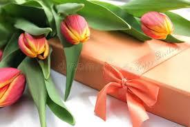 <b>Оранжевые</b> желтые тюльпаны, <b>подарочная коробка</b> и текст с ...