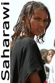 ... attraverso l'Africa, nell'XI secolo, e stabilitisi nella regione (attualmente Sahara Occidentale) nel XIII secolo. donna del popolo saharawi - saharawi