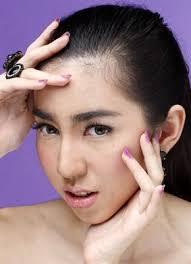 Bagi Anda yang terbiasa memiliki alis tipis dan meninggi, mungkin khawatir riasan alis tebal yang lurus ini akan membuat fitur wajah terlihat kurang girlie. - P