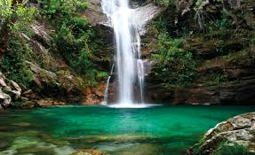 Resultado de imagem para imagem de uma cachoeira com muitas aguas
