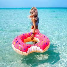 <b>Круг надувной Strawberry</b> Donut | Пляжные фотографии