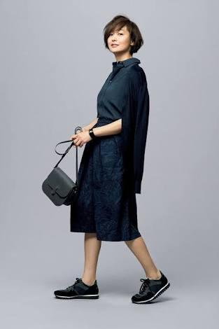 黒スニーカーの富岡佳子