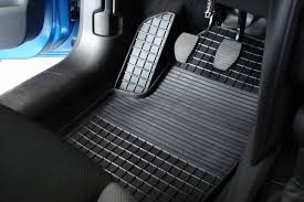 Какими бывают автомобильные <b>коврики</b> и как можно на них ...