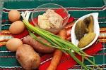 Печень трески с солеными огурцами салат
