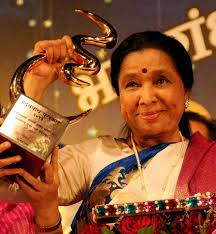 Singer Asha Bhosle with her award after being felicitated. (PTI) - B_Id_371625_asha-bhosle4