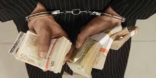 Resultado de imagen de fotos de politicos corruptos recogiendo dinero