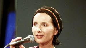 Kobieta zjawiskowa, autorka oryginalnych tekstów piosenek i wierszy, głos kilku pokoleń Polaków – Kora – obchodzi 60. urodziny. - uid_225a103c0e1b5d1121157a4cc4eaf2db1307547739485_width_633_play_0_pos_0_gs_0_height_356