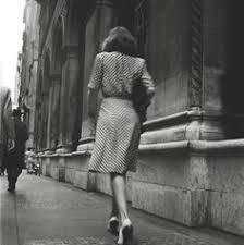 Risultati immagini per donna che cammina vintage