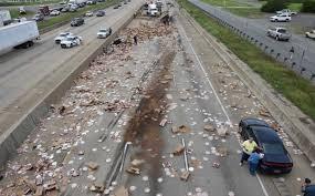 ABD'deki trafik kazasında yüzlerce pizza yola dağıldı