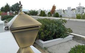 Αποτέλεσμα εικόνας για Καντήλια και μπρούτζινα έκλεψαν από το νεκροταφείο