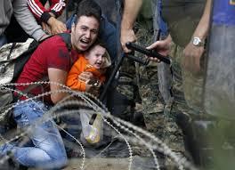 Αποτέλεσμα εικόνας για φωτο εικονες «φράγμα» και προσφυγες στα σύνορα Ελλάδας - ΠΓΔΜ