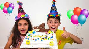 Heidi and Zidane pretend play making a <b>Happy Birthday Cake</b> for ...