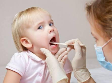 seorang anak yang diperiksa karena sakit tenggorokan