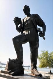 Madenci heykelindeki kazma çalındı