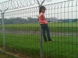 Hasil gambar untuk pagar lapangan terbang lihat pesawat